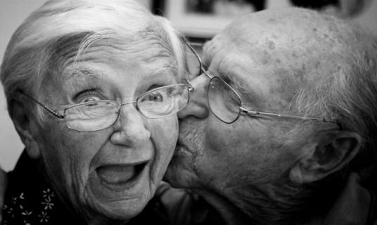 funny-old-couple-kissing-picture